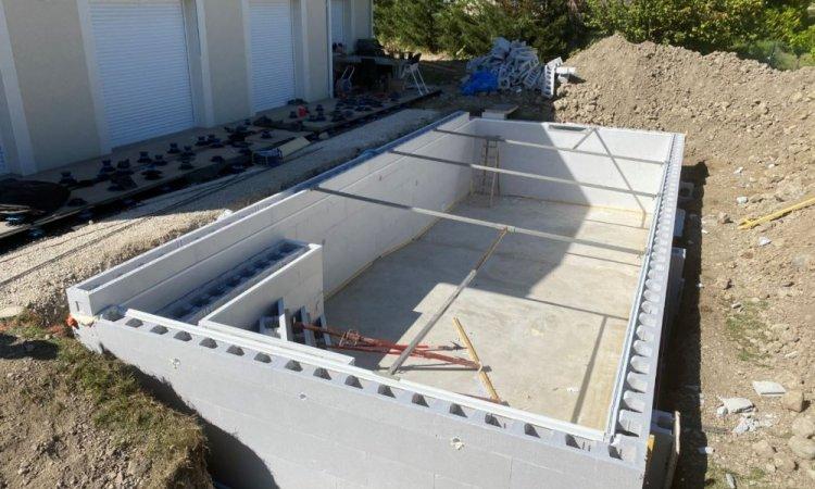 Préparation avant le coulage des murs dans les blocs en polystyrènes