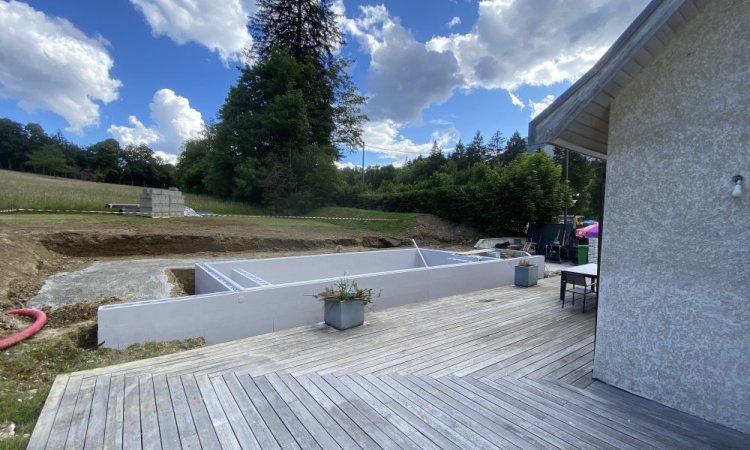 Montage des murs pour la construction d'une piscine de 8.75m x 4m àMonestier-de-Clermont dans le Trièves